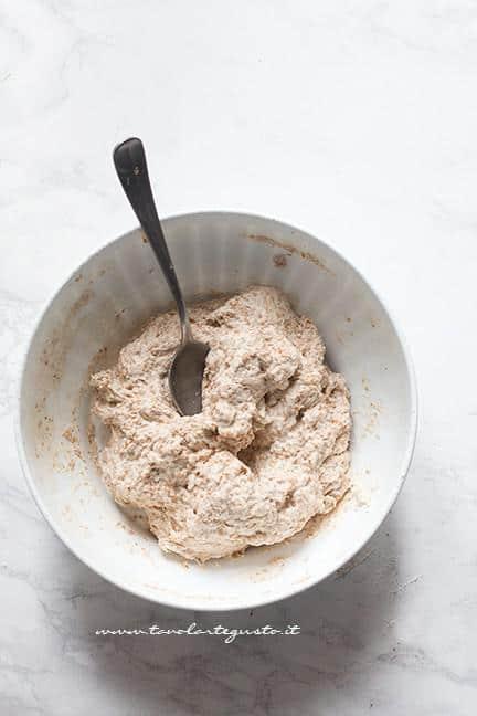 Mescolare tutti gli ingredienti in ciotola - Ricetta Focaccia Integrale