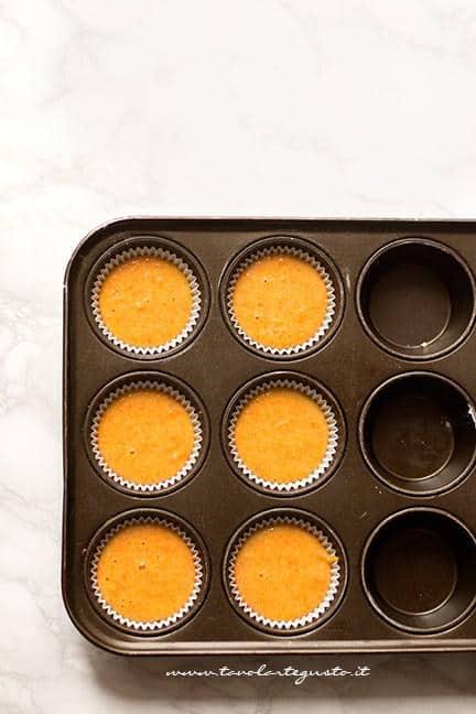 Versare il composto nello stampo per muffin - Ricetta Camille