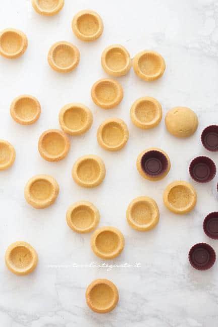 sformare i gusci di frolla - Ricetta Cestini di frutta con crema pasticcera