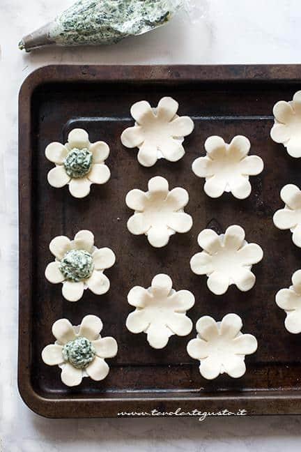 Farcire i fiori di pasta sfoglia con il ripieno - Ricetta Fiori di pasta sfoglia