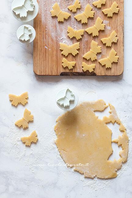 Farfalle di pasta frolla - Ricetta Crostata Pasquale alla ricotta e fragole
