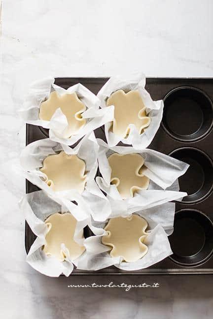 Gusci di sfoglia nello stampo dei muffin - Ricetta Fiori di pasta sfoglia
