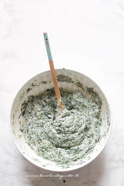 Mescolare la ricotta con gli spinaci - Ricetta Fiori di pasta sfoglia