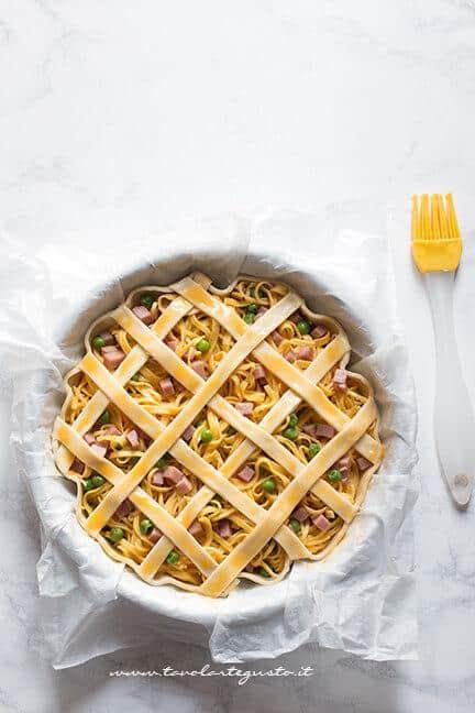 Pennellare le strisce con il tuorlo - Ricetta Crostata di Tagliolini