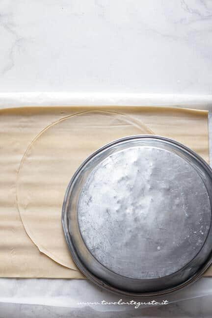 Ricavare un cerchio dalla pasta sfoglia - Ricetta Crostata di Tagliolini