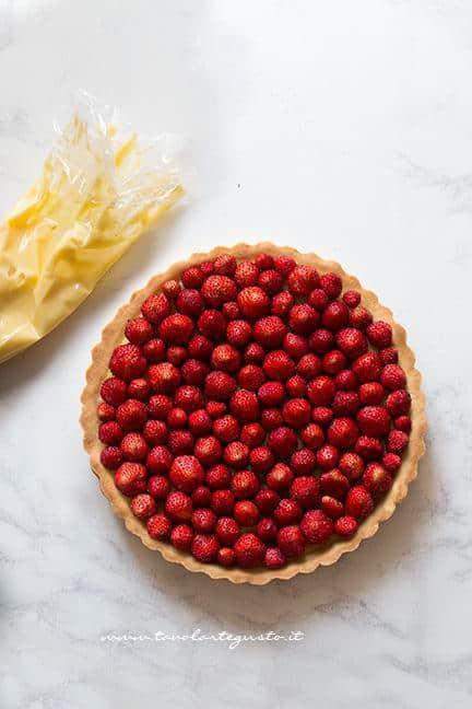 Aggiungere le fragoline sulla crostata - Ricetta Crostata di fragole