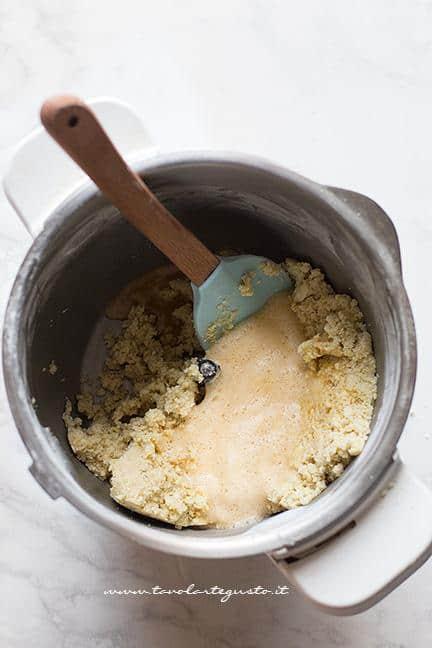 Aggiungere le uova montare all'impasto di cioccolato bianco - Ricetta Caprese al limone
