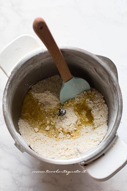 Aggiungere l'olio extravergine - Ricetta Caprese al limone