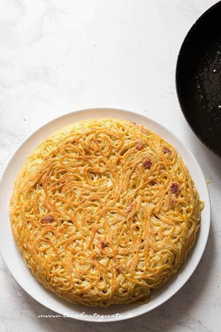 Crosticina croccante sulla superficie - Ricetta Frittata di Spaghetti - Frittata di Pasta