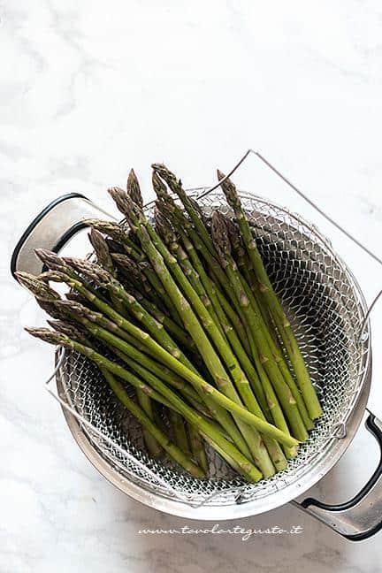 Cuocere a vapore gli asparagi - Ricetta Torta salata agli Asparagi