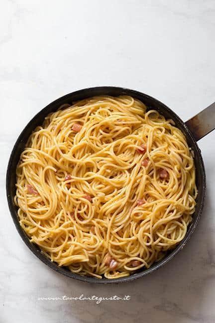 Cuocere in una padella antiaderente - Ricetta Frittata di Spaghetti - Frittata di Pasta