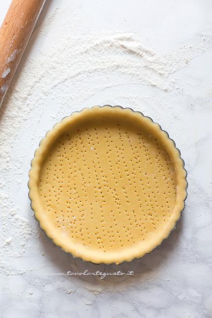 Foderare lo stampo per crostata - Ricetta Crostata di fragole