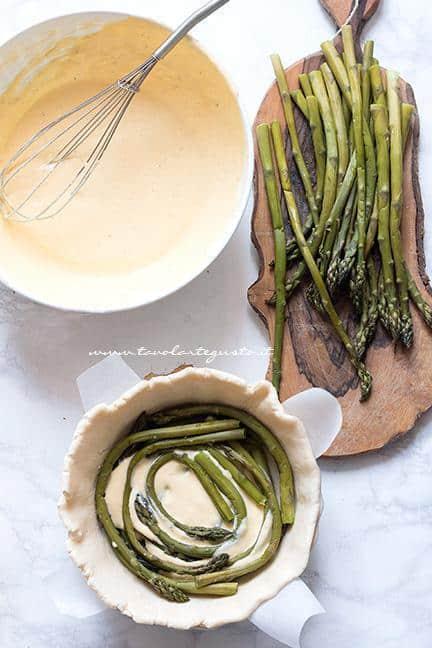 Inserire asparagi e crema di ricotta nella torta - Ricetta Torta salata agli Asparagi