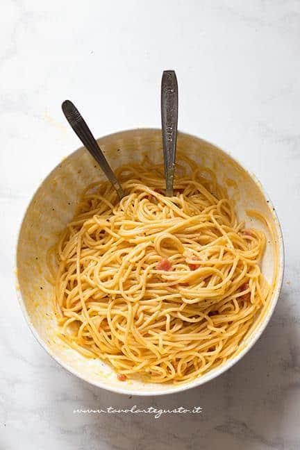 Mescolare insieme pancetta o salame - Ricetta Frittata di Spaghetti - Frittata di Pasta