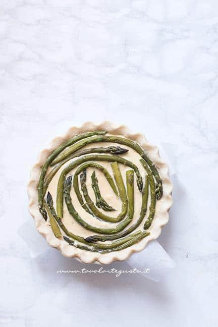 Torta salata pronta per essere infornata - Ricetta Torta salata agli Asparagi