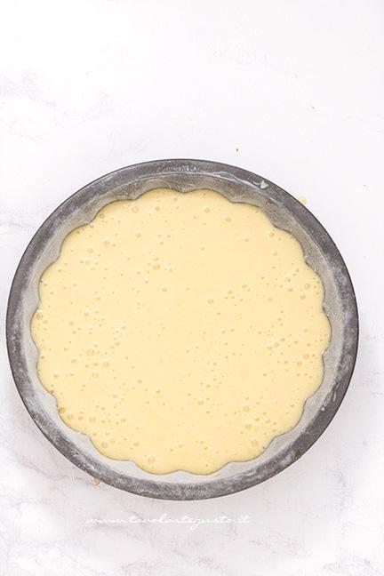 Versare impasto nella teglia - Ricetta Torta 7 vasetti