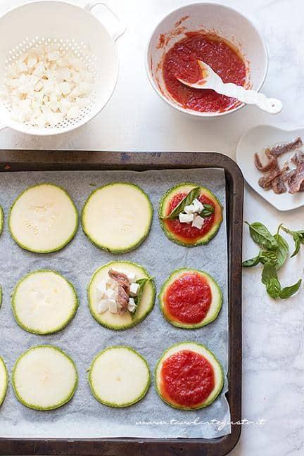 Condire le pizzette con le zucchine - Ricetta pizzette di zucchine