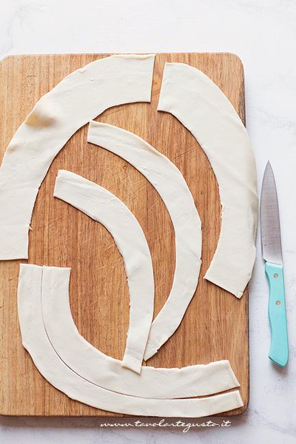 Ricavare le strisce di pasta sfoglia - Ricetta torta di pesche e pasta sfoglia