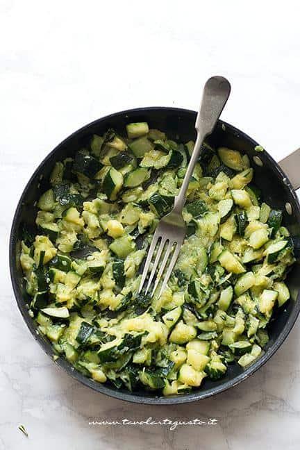 Schiacciare le zucchine con la forchetta - Ricetta Polpette di zucchine