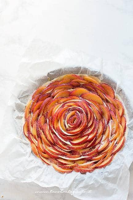 Spolverare di zucchero la superficie - Ricetta torta di pesche e pasta sfoglia