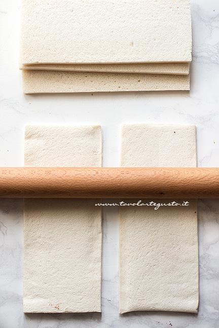 Stendere il pan tramezzino - Ricetta Girelle di pancarrè alla nutella