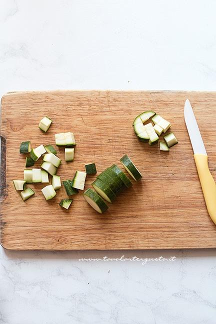 Tagliare le zucchine a pezzettini - Ricetta Pasta zucchine e gamberetti