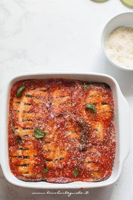 Cuocere in forno la teglia - Ricetta Parmigiana di melanzane grigliate