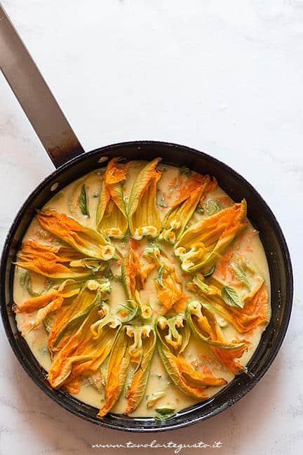 Decorare la frittata con i fiori di zucca - Ricetta Frittata con fiori di zucca