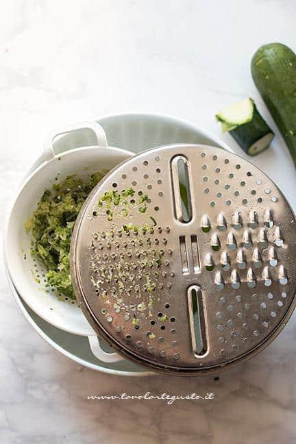 Grattugiare le zucchine - Ricetta polpette di zucchine e ricotta