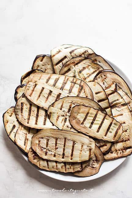 Grigliare le melanzane tonde - Ricetta Parmigiana di melanzane grigliate