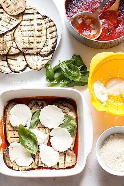 Primo strato di salsa - melanzane- mozzarella- basilico - Ricetta Parmigiana di melanzane grigliate