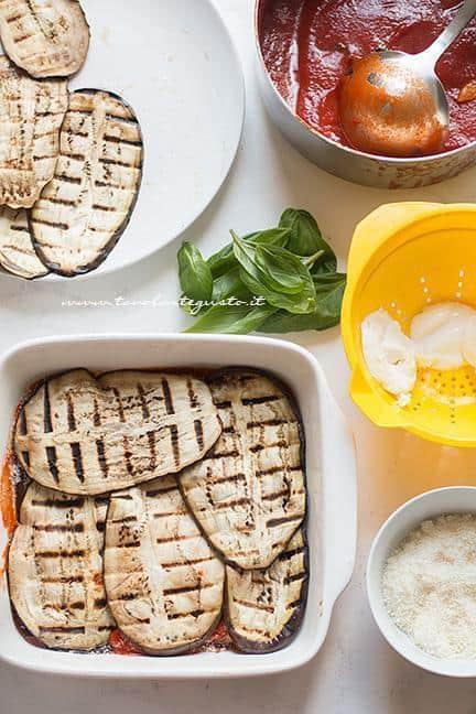 Ricominciare con uno strato di melanzane grigliate - Ricetta Parmigiana di melanzane grigliate
