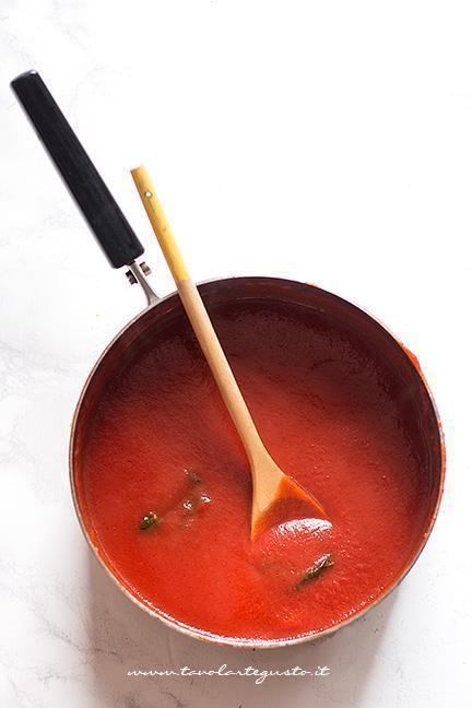 Salsa di pomodoro saporita per la parmigiana grigliata - Ricetta Parmigiana di melanzane grigliate