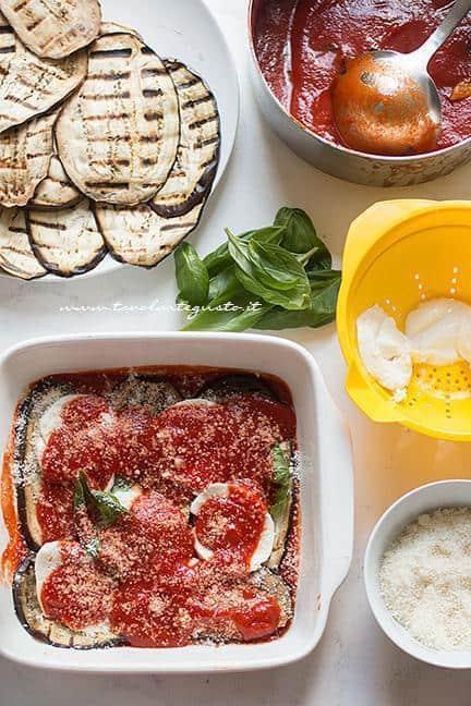 Secondo strato di salsa e parmigiano - Ricetta Parmigiana di melanzane grigliate
