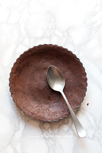 Creare il guscio base nello stampo - Crostata alla Nutella senza cottura