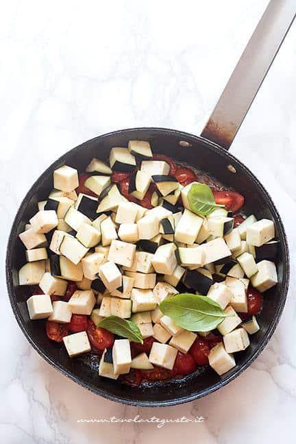 Preparare il sughetto con i pomodorini - Ricetta Melanzane a funghetto