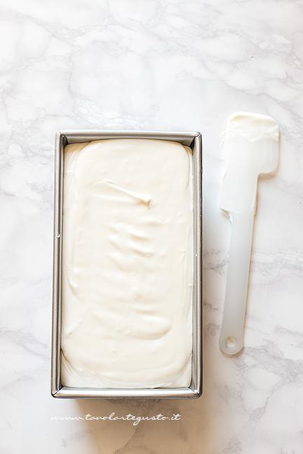 Versare il composto in uno stampo - Ricetta Gelato senza gelatiera