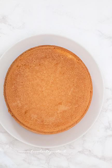 Capovolgere la base della torta su un piatto - Ricetta Torta Kinder Paradiso