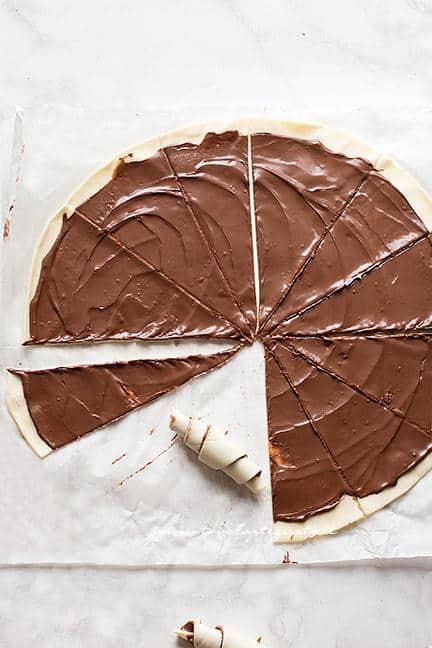 Come arrotolare i cornetti di pasta sfoglia alla nutella - Ricetta Cornetti veloci alla nutella
