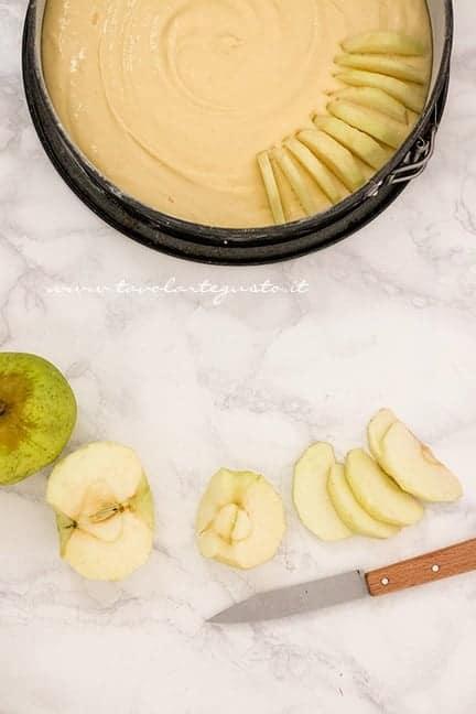 Tagliare le mele e appoggiarle nell'impasto - Ricetta Torta di mele soffice