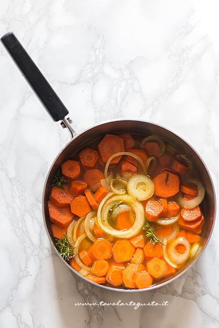 Saltare in padella le carote con la cipolla e il rosmarino - Ricetta Vellutata di zucca e carote