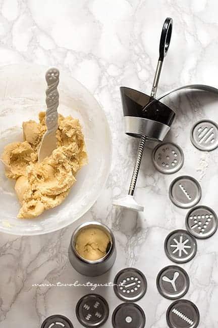 Come fare i biscotti con la spara biscotti - Ricetta Biscotti con la spara biscotti