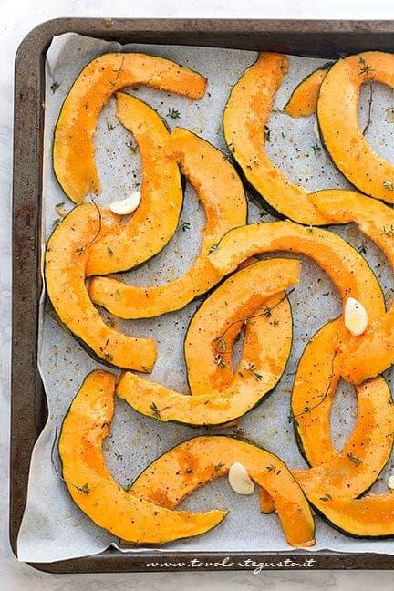 Condire la zucca con olio, sale, rosmarino, pepe - Ricetta zucca al forno