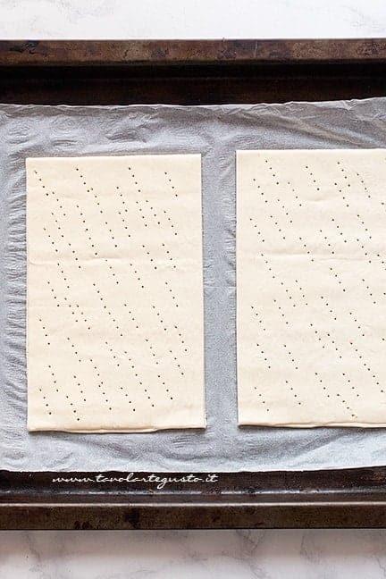 Cuocere gli strati di pasta sfoglia - Ricetta Millefoglie alla nocciola