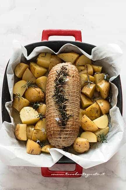 Cuocere l'arrosto di pollo al forno con patate - Ricetta Arrosto di pollo