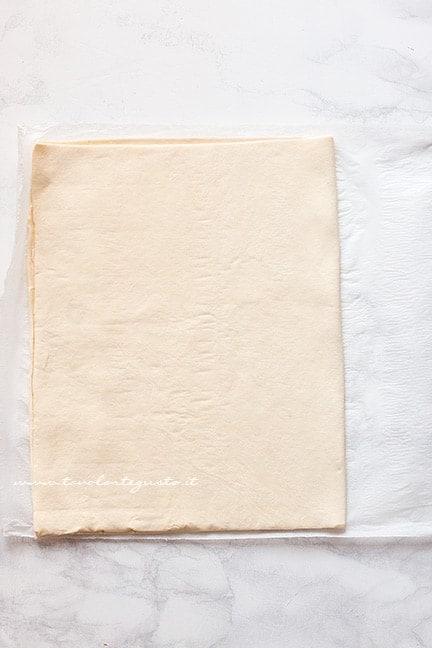 Dividere la pasta sfoglia in 4 parti - Ricetta Millefoglie alla nocciola