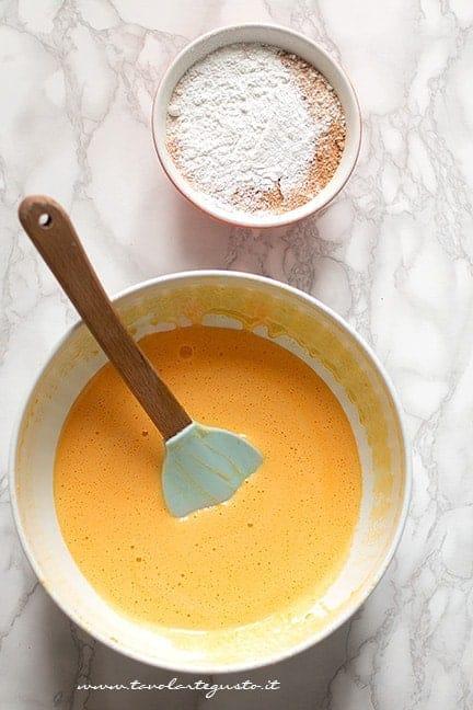 Mescolare la polpa di zucca cruda all'impasto - Ricetta Torta di zucca e amaretti