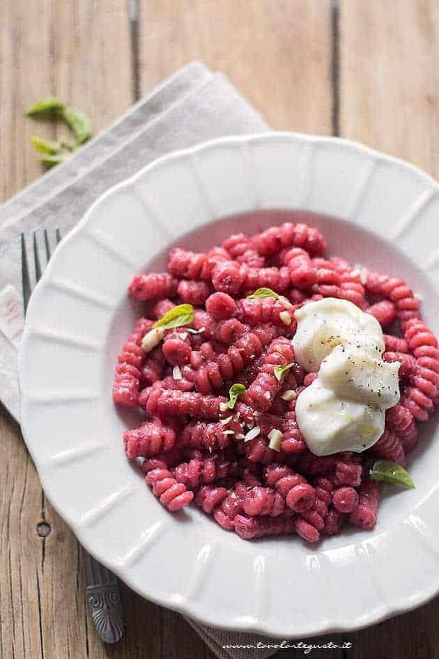 Pasta con barbabietole rosse gustosa e cremosa
