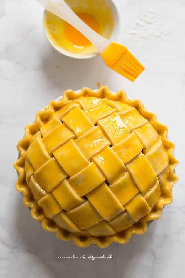Pennellare la superficie dell'intreccio con tuorlo - Intreccio perfetto per crostate e pie