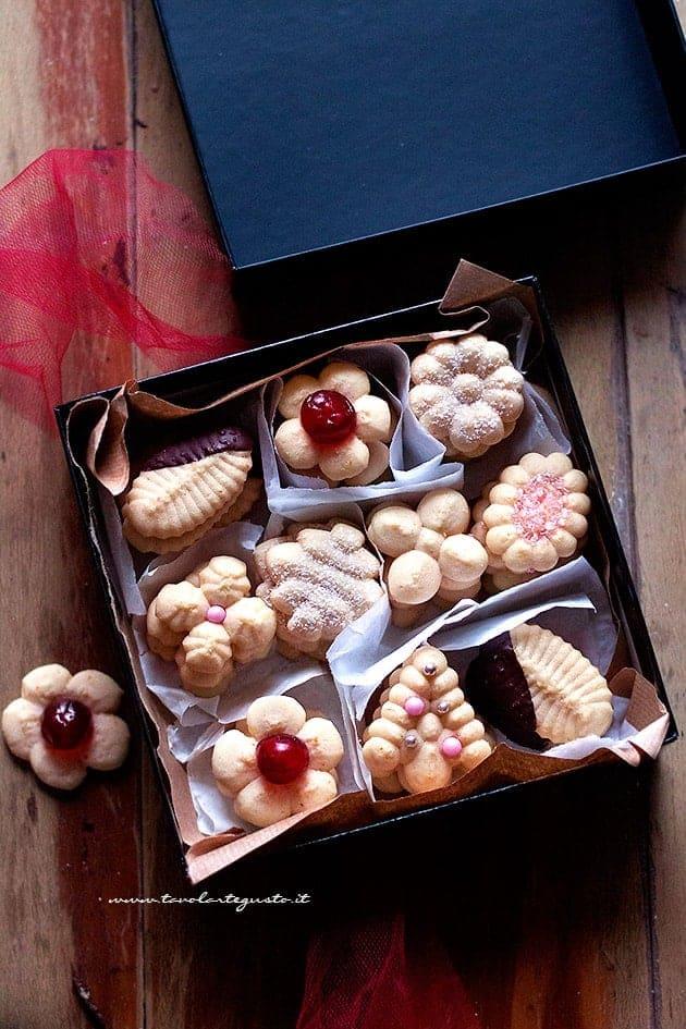 Scatola con biscotti fatti con la spara biscotti - Ricetta Biscotti con la spara biscotti